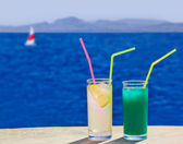Two cocktails on table at beach — Stock Photo