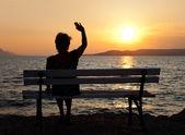 Femme et coucher de soleil — Photo
