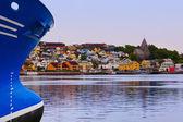 Nave e paesaggio urbano di kristiansund Norvegia — Foto Stock