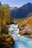 Cascada cerca de glaciar briksdalsbreen - noruega — Foto de Stock