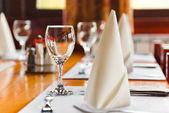 Szklanki i talerze na stole w restauracji — Zdjęcie stockowe