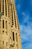 Sagrada Familia cathedral steeples against blue sky, Barcelona, — Stock Photo