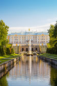 The Peterhof Grand Palace with reflection in the main park chann — Stock Photo