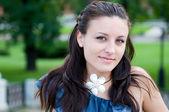 Mulher jovem e bonita sorrindo — Foto Stock