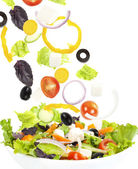 Verse groente vallen op plaat met salade — Stockfoto