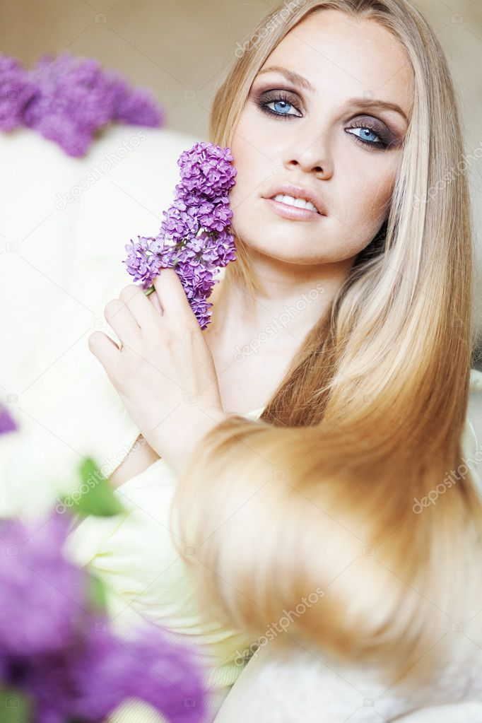 Portrait of beautiful woman with amazing blue eyes — Stock fotografie #12779531