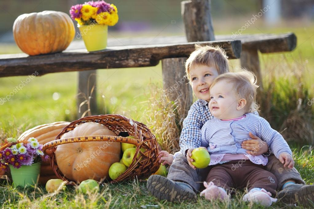 Cute kids having fun at countryside — Foto Stock #14123305