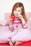 Dziewczyna w łóżku — Zdjęcie stockowe