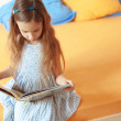 Child reading a book — Stockfoto