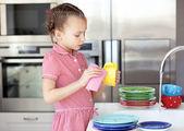 Malá holčička, mytí nádobí — Stock fotografie