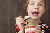 Child eating dessert — Foto de Stock