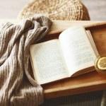 Buch und Pullover — Stockfoto