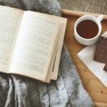 libro y suéter — Foto de Stock