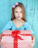 子供保持大きな贈り物 — ストック写真