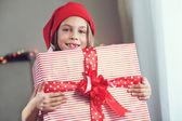 Child holding big gift — Stockfoto