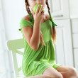 Little girl eating apples — Stockfoto