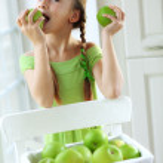 malá dívka jedl jablka — Stock fotografie #35867903