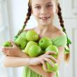 malá dívka jedl jablka — Stock fotografie #35867927