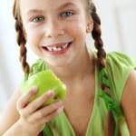 malá dívka jedl jablka — Stock fotografie #35867977