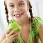 pequeña niña comiendo manzanas — Foto de Stock   #35867977