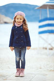 Child walking near the sea — Stockfoto