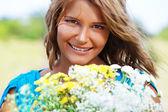 Девушка Холдинг букет цветов — Стоковое фото