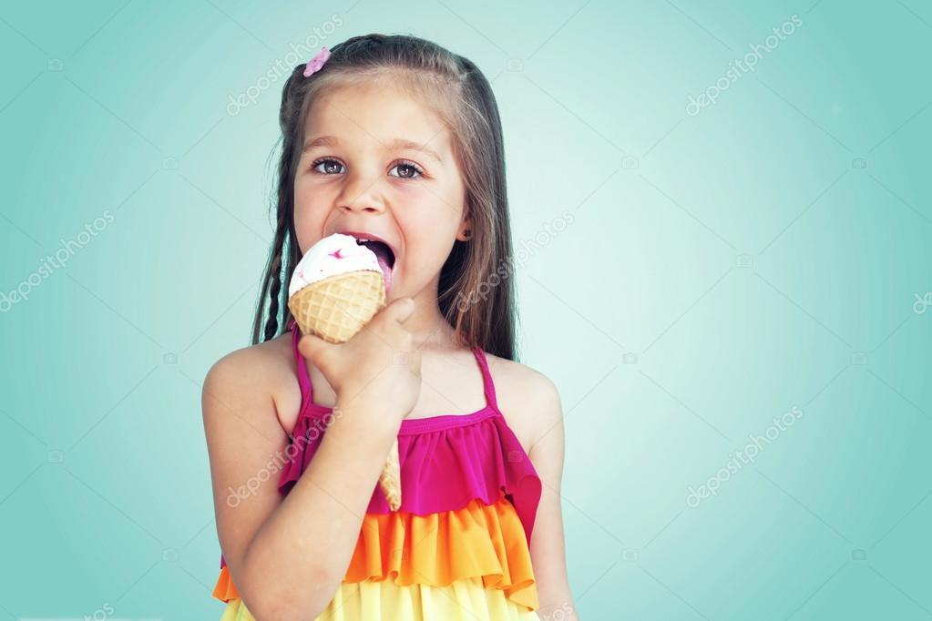 5 岁孩子小女孩吃美味的冰淇淋在蓝色的肖像 — 照片作者 alenkasm