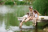 Barn nära pond — Stockfoto