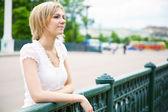 Mooie vrouw op de brug — Stockfoto
