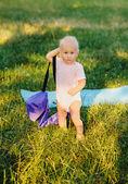 Petite fille dans un parc — Photo