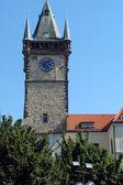 Torre con orologio in strada vecchia di praga — Foto Stock