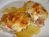 Viande avec les tranches d'ananas, de pommes de terre et de fromage — Photo