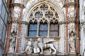 Marble statues of Venetian lion and Doge, San Marco cathedral, Venice — Stock Photo
