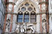 Mermer heykel venedik aslan ve doge, san marco katedrali, venedik — Stok fotoğraf