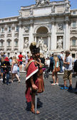 ROME-JUNE 27: Piazza di Trevi. Street performer dressed as a Roman gladiator near the Trevi Fountain in Rome on June 27,2013. — Stock Photo