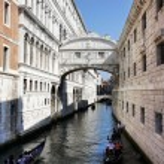 Gondolas passing over Bridge of Sighs - Ponte dei Sospiri. Venic — Stock Photo #30303041