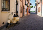 Vintage scooter parked in a typical narrow old street in Rimini, Italy — Stock Photo