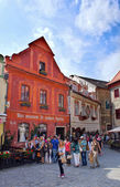 CZECH REPUBLIC-CESKY KRUMLOV, September 08: Group of tourists visiting the historic center and the Wax Museum on September 08, 2013. Cesky Krumlov was given UNESCO World Heritage Site status in 1992. — Stock Photo