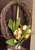 Ostern-kranz. frühling dekoration auf der holztür des hauses — Stockfoto