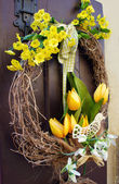Easter wreath. Spring decoration on the wooden door of the house — Foto Stock