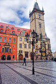 Laterne bei Astronomischen Turmuhr am Morgen in der Prager Altstadt — Stockfoto