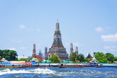Wat Arun and long tail motor boat cruise on the Chao Phraya river in Bangkok, Thailand — Stock Photo