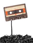Cassette de cinta de audio con cinta resta hacia fuera — Foto de Stock