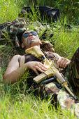 Savaş bittikten sonra asker rahat alıyor — Stok fotoğraf