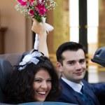 Szczęśliwi Nowożeńcy w cabrio — Zdjęcie stockowe