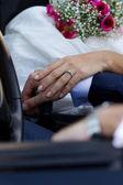 Hände von brautpaar im cabrio — Stockfoto