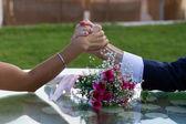楽しい結婚式 armrestling — ストック写真