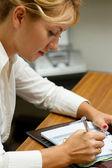 Mulher de trabalhador de escritório escrevendo no diário — Fotografia Stock
