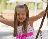 Lustige zahnlos kleines Mädchen auf einem Spielplatz — Stockfoto