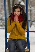 Linda garota no parque no inverno — Fotografia Stock